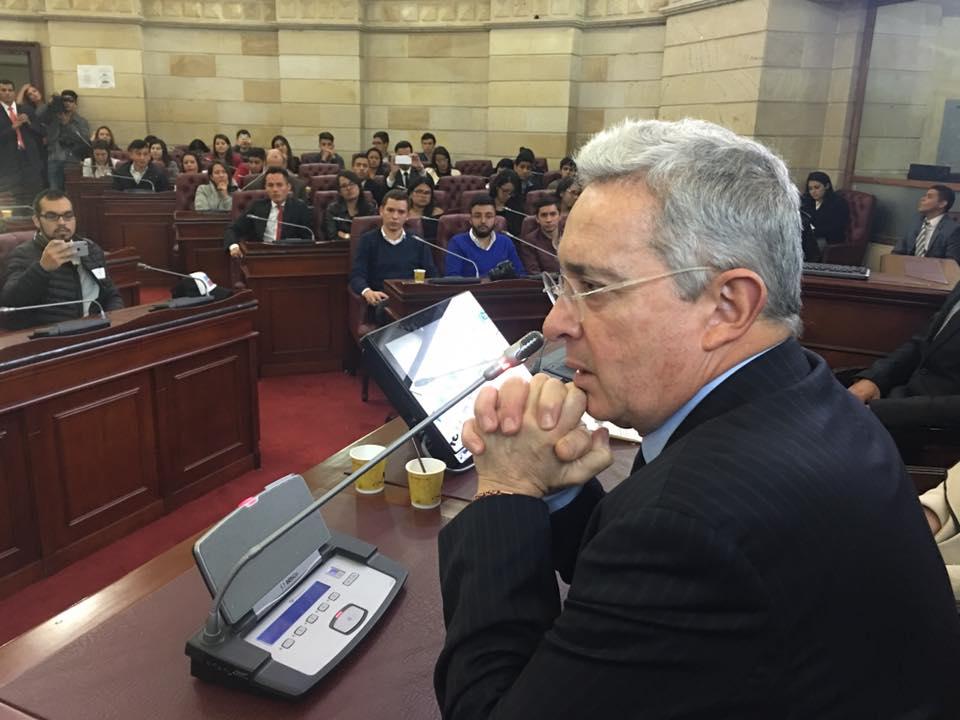 Uribe dice que prefiere trabajar en acuerdo con Farc y no pelear con Santos