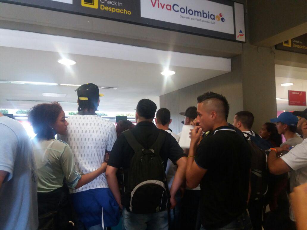 Viajeros protestan por cancelación de vuelo de VivaColombia