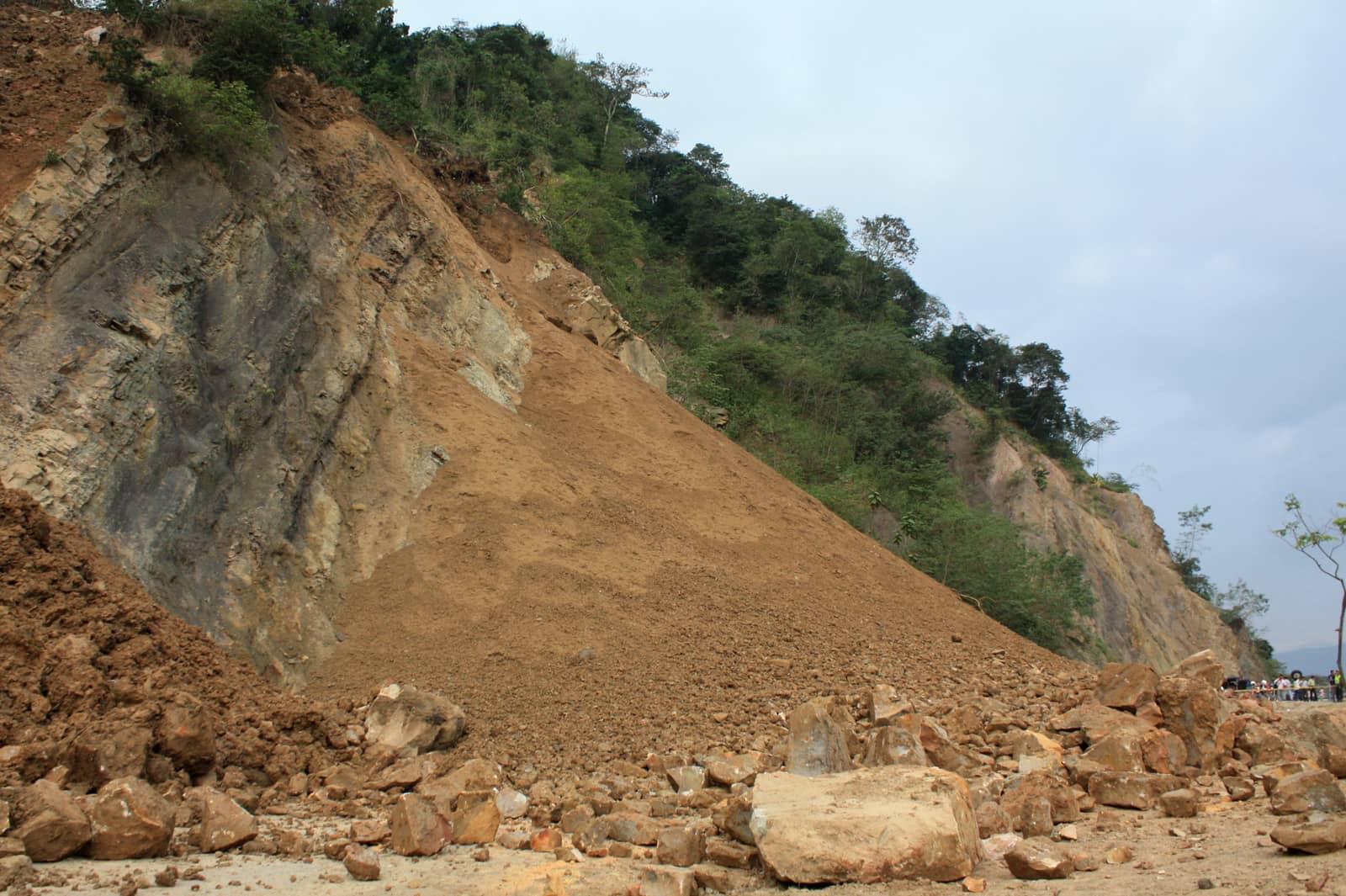 Por derrumbe cierran vía Mediacanoa- Loboguerrero