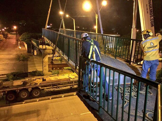 Puente de la calle quinta, afectado por tractocamión, ya fue instalado