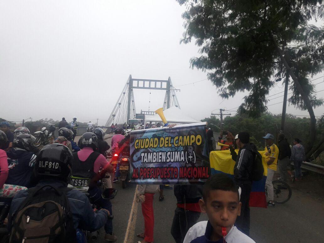 Protestan en vía Cali- Candelaria por mal estado de carretera
