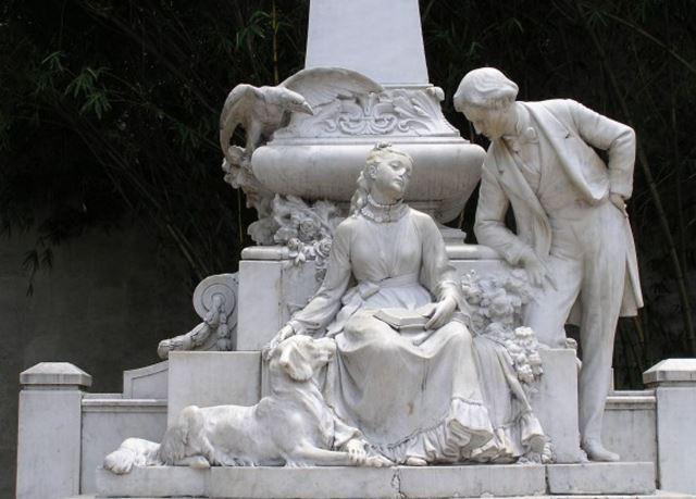 Escultura de Efraín y María podría ser restaurada y reubicada