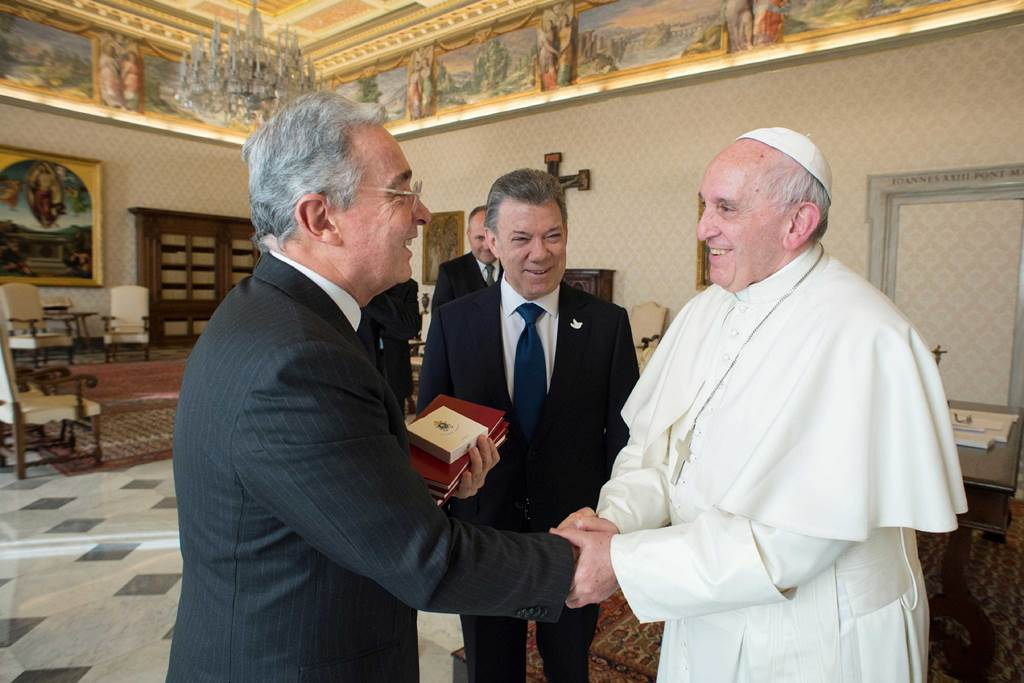 Santos y Uribe mantienen desacuerdos en el Vaticano