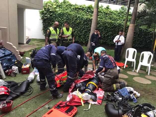 Bomberos de Cali rescatan a dos obreros dentro de un foso