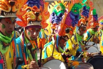 Así se vivió el Desfile Magno en el Carnaval de Negros y Blancos