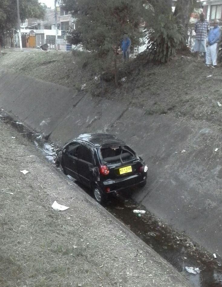 Carro cayó a canal de aguas lluvias tras choque con un alimentador del Mío