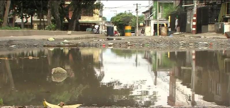 Habitantes del barrio El Laguito cerraron sus calles por deterioro en las vías
