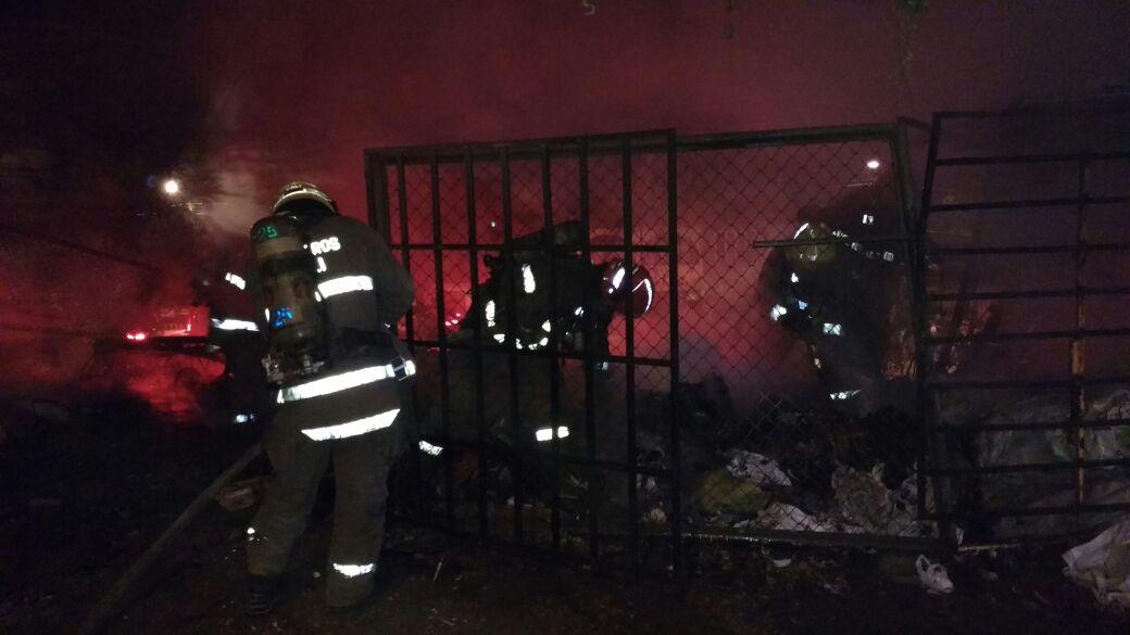 Emergencia por incendio de bodega en el  norte de Cali