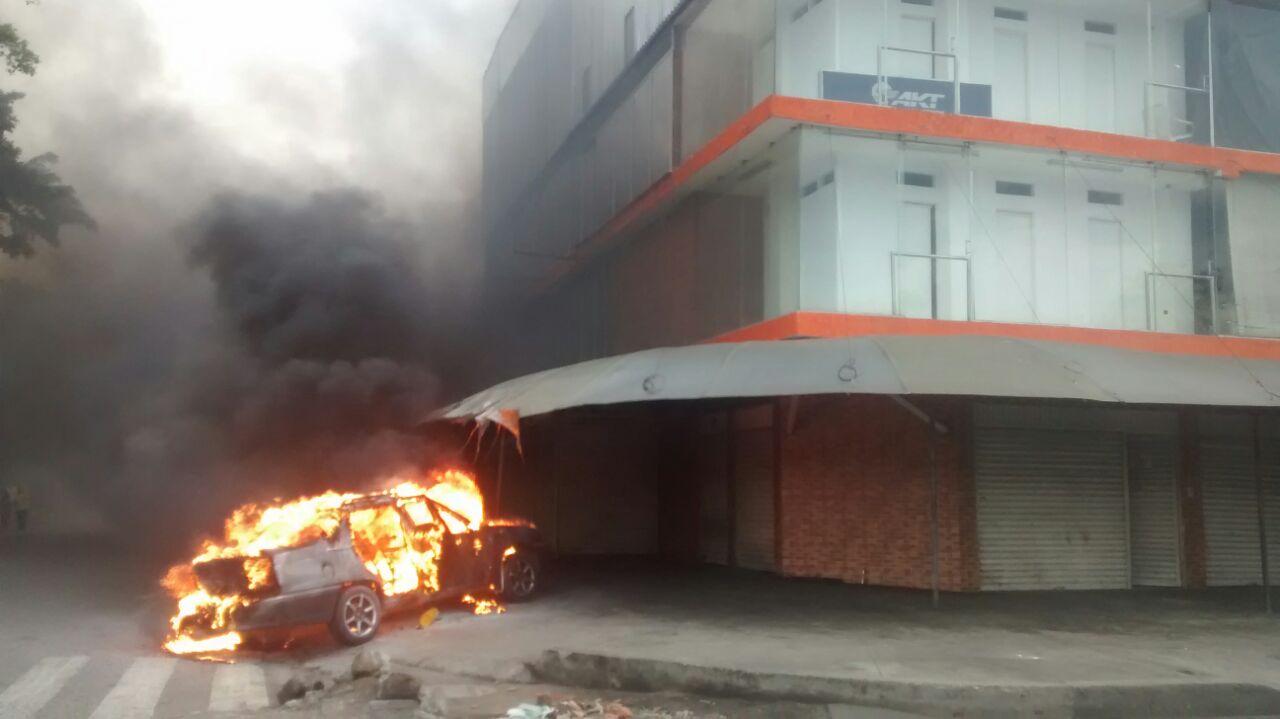 Tres lesionados deja incendio de vehículo en la Simón Bolívar