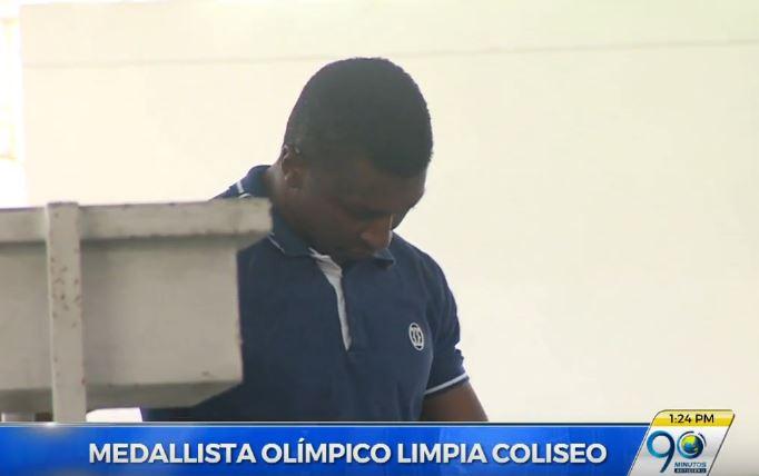 Óscar Figueroa se quitó la medalla olímpica y se puso a limpiar el coliseo de pesas