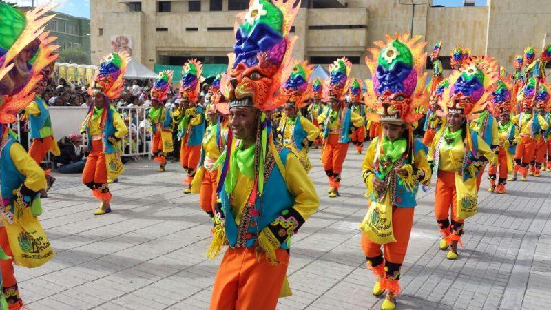 En imágenes: 'El Carnaval de Negros y Blancos' deleita con sus coloridos atuendos