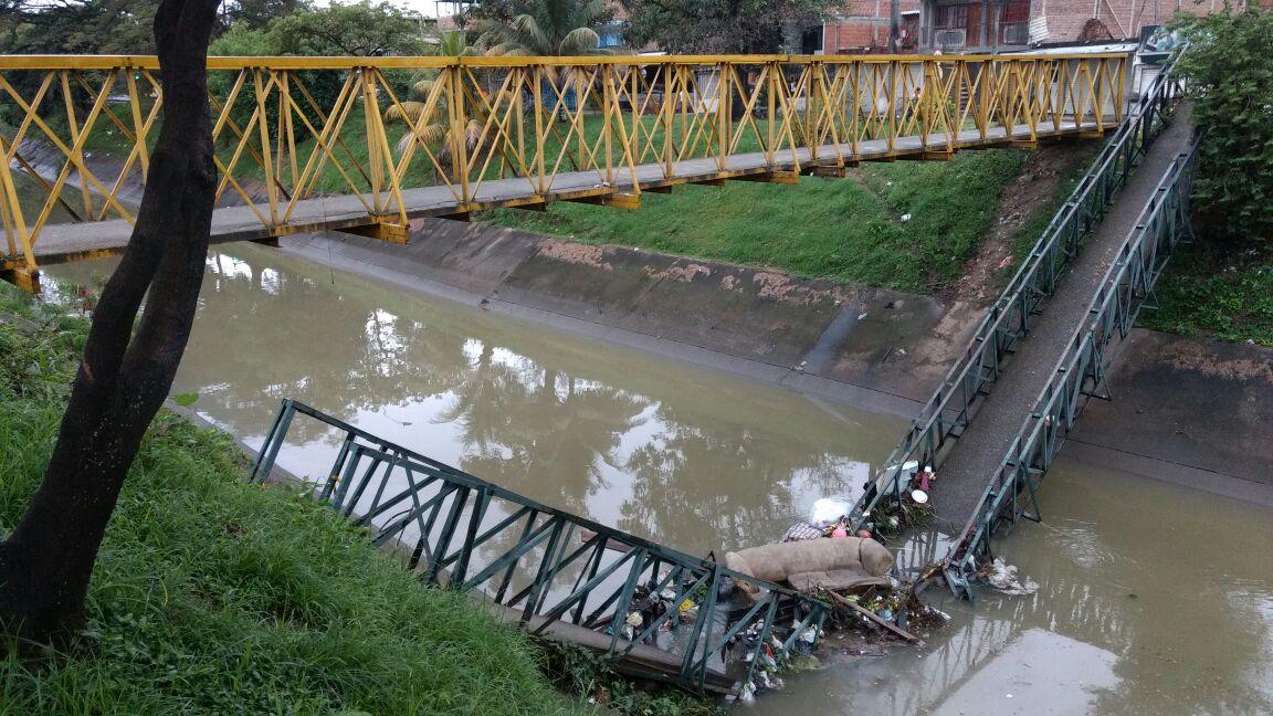 Se desplomó puente peatonal en el barrio Los Mangos de Cali
