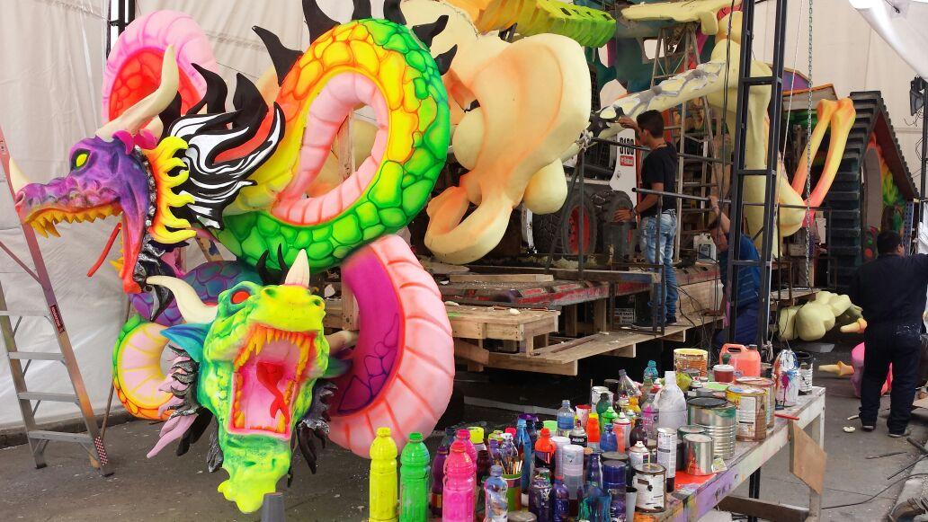 En imágenes: Avanza montaje de carrozas para Desfile Magno