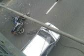 En imágenes: Poste de alumbrado público cayó sobre vehículos