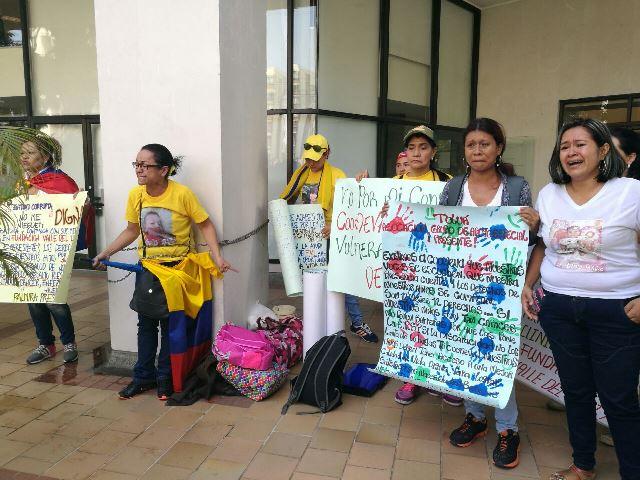Sigue protesta de madres de niños de enfermedades huérfanas