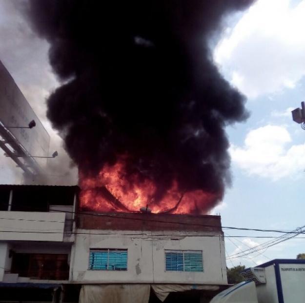 Bomberos controlan incendio en bodega de galería Santa Elena