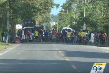 Cultivadores de coca bloquean vía Pasto-Tumaco por garantías laborales