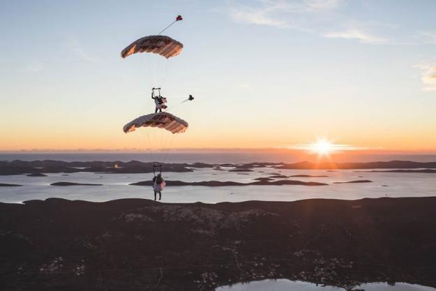La particular forma de tres paracaidistas de celebrar San Valentín