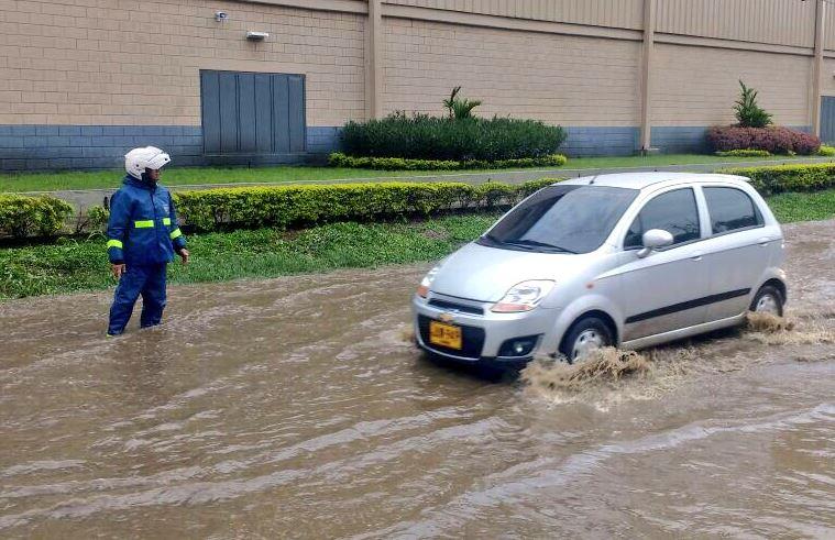 caos-vehicular-cali-fuertes-lluvias-desbordamientos-24-03-2017