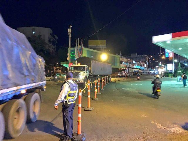 Por nuevo derrumbe en vía Buenaventura, camiones son evacuados por Cali
