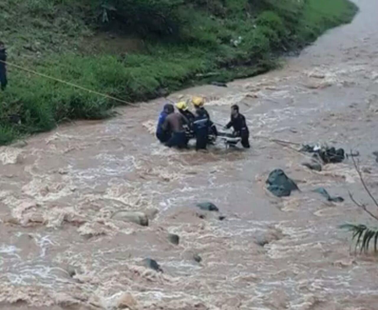 Dos hombres fueron rescatados por los bomberos en el Río Cali, uno  de ellos falleció