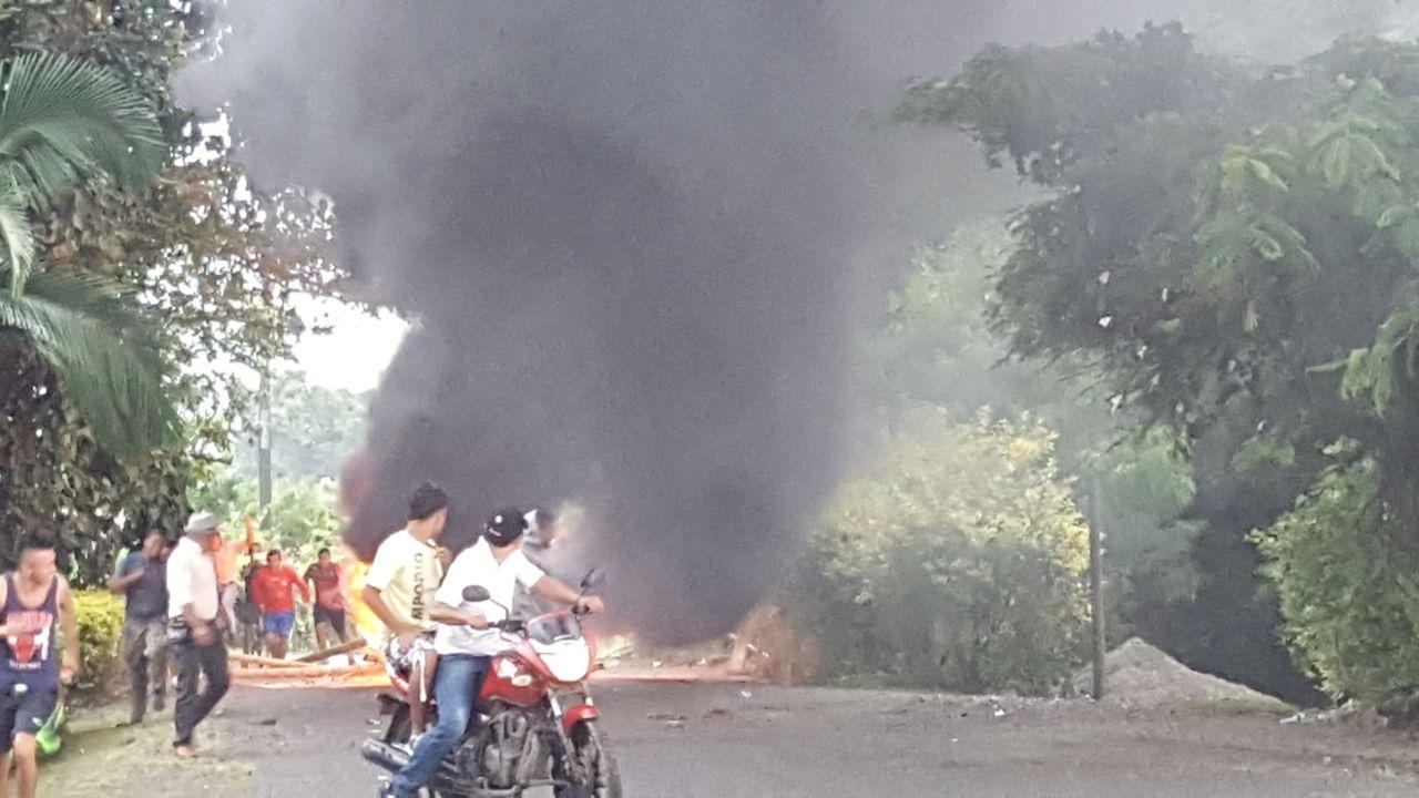 En enfrentamientos entre policía y comunidad termina bloqueo en vía a Santa Elena, Valle