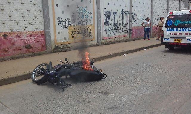 Comunidad quemó moto de un hombre que pretendía robar al conductor de un vehículo