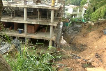 Frenan construcción de edificio por fractura en canal de aguas lluvias Santa Mónica