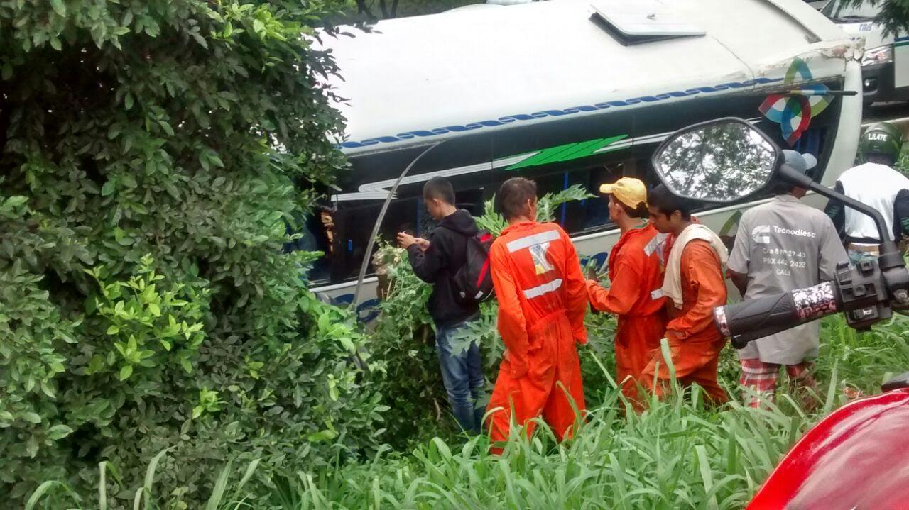 Colisión de buseta contra un árbol deja ocho heridos en la recta Cali – Palmira