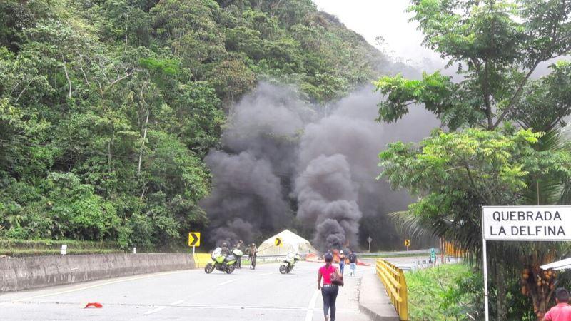 Unidades del Esmad despejan barricadas del paro cívico en el sector de La Delfina, vía Buenaventura
