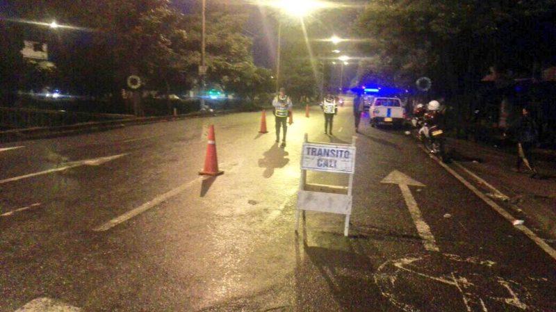 Autoridades buscan al conductor de un taxi que arrolló a guarda de tránsito y huyó