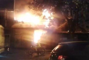 Incendio en bodega de reciclaje en Las Orquídeas dejó dos personas afectadas