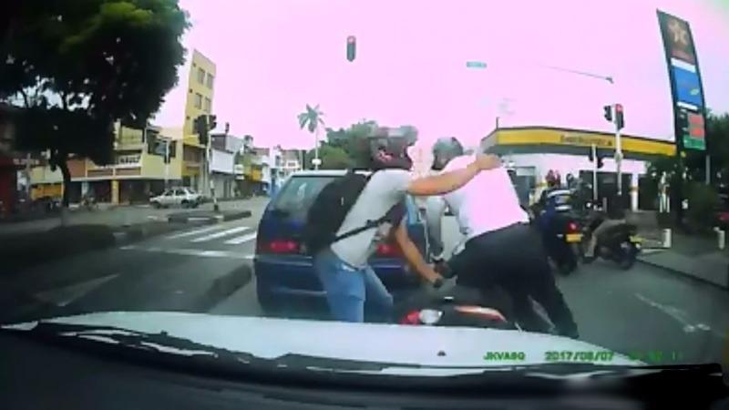 En video: Motociclista forcejea con delincuente que intentó robarle la moto