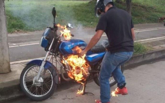 ¡Qué tal! hombre quemó su motocicleta para impedir que se la llevaran inmovilizada