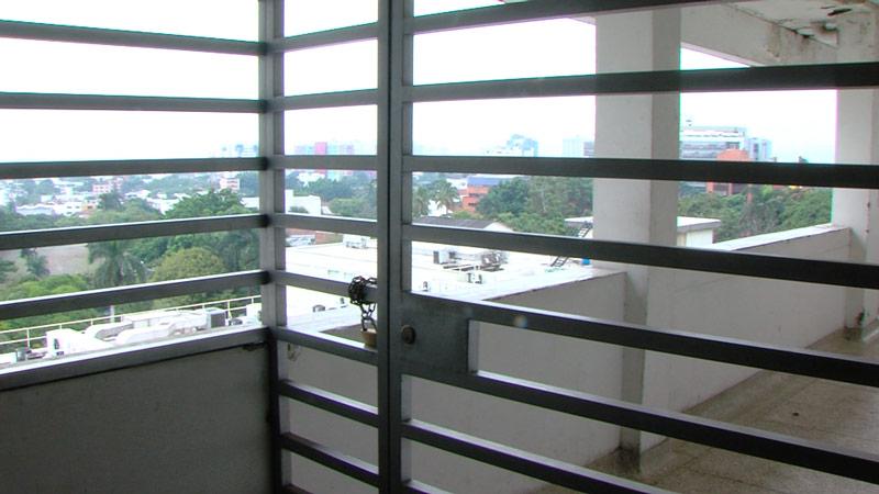 Solicitan nuevas medidas de seguridad para el HUV tras caída de estudiante del séptimo piso