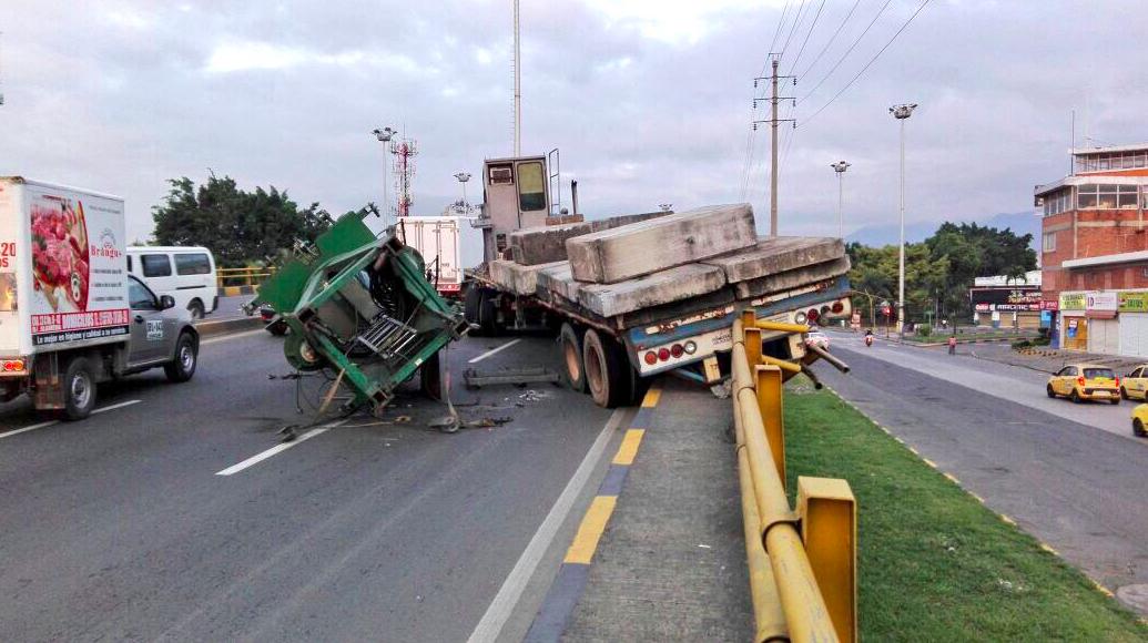 Camión se volcó en el puente de La Luna sobre la Autopista Suroriental