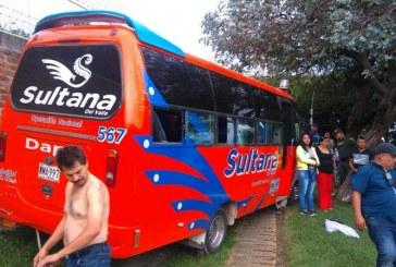 Accidente de buseta en la vía a Dapa dejó cinco personas lesionadas