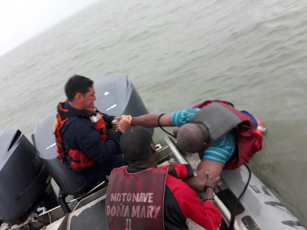 Armada Nacional rescató a 10 personas que naufragaron en bahía de Buenaventura