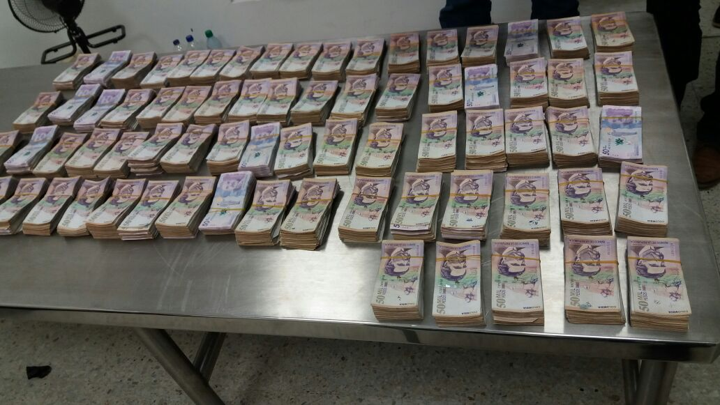En Aeropuerto de Palmira incautan 364 millones envueltos en papel regalo