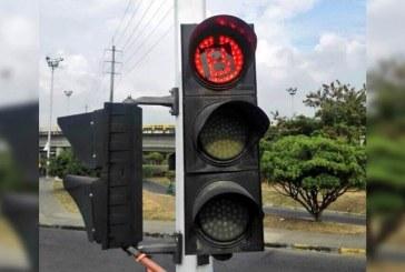 Autoridades de Cali avanzan en la limpieza de semáforos con adhesivos con la letra B