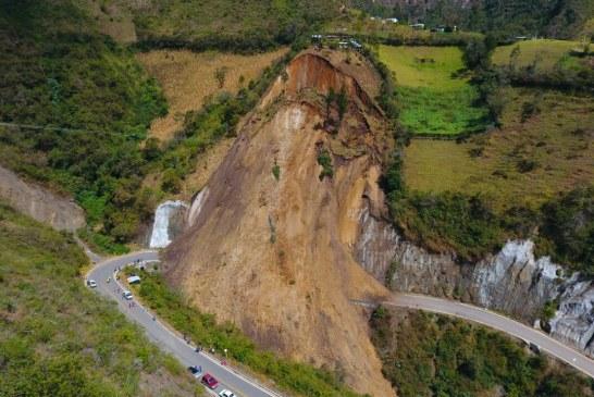 Emergencia por derrumbe en vía que comunica a Túquerrescon Samaniego, en Nariño