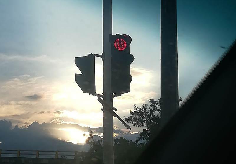 Autoridades identifican a implicados de pegar adhesivos con la letra B en semáforos