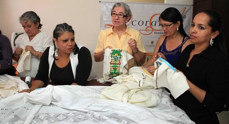 Mujeres de Cartago bordarán vestidura litúrgica del Papa Francisco en su visita