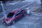 En video: Mujer evitó que ladrón la robara en su vehículo en el barrio El Limonar