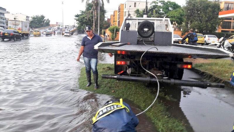 Fuertes lluvias de este jueves ocasionaron inundaciones y congestión vial en Cali