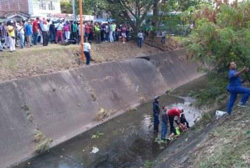 Murió motociclista tras ser atropellado por conductor y caer a canal de aguas lluvias