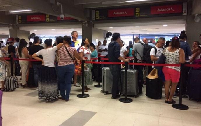 Gobierno colombiano dice que no puede repatriar a 7.000 connacionales varados por COVID-19