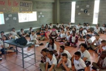 Estudiantes de colegio en Petecuy III protestan por falta de pupitres en las aulas