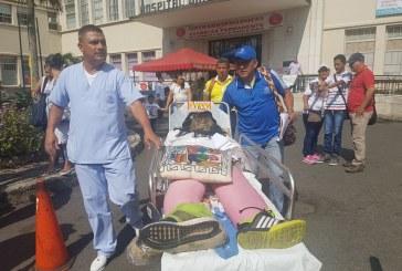 Continúa protesta de empleados del HUV por despido masivo