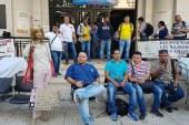 Trabajadores del HUV se encadenan en protesta tras nuevo anuncio de despido masivo